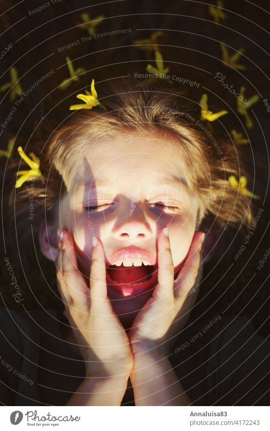 Endlich Frühling, aber zu viel Sonne Mädchen Blume Blumen gelb bunt Sonnenlicht blenden Haare Gesicht mund geöffnet Kind Kindheit schön Schönes Wetter Sommer