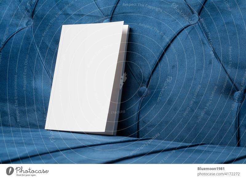 Buch mit leerem Einband auf samtblauem Sofa-Mock-up Attrappe editierbar Wandel & Veränderung blanko Vorlage Innenbereich Kissen Kopfkissen Taschenbuch Werbung