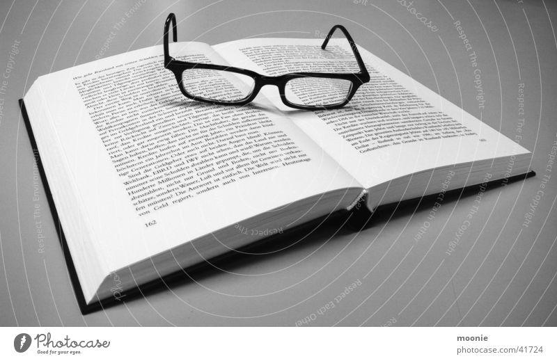 Pause von Putin's Bio Buch Brille lesen Denken Freizeit & Hobby Schwarzweißfoto Nachdenken