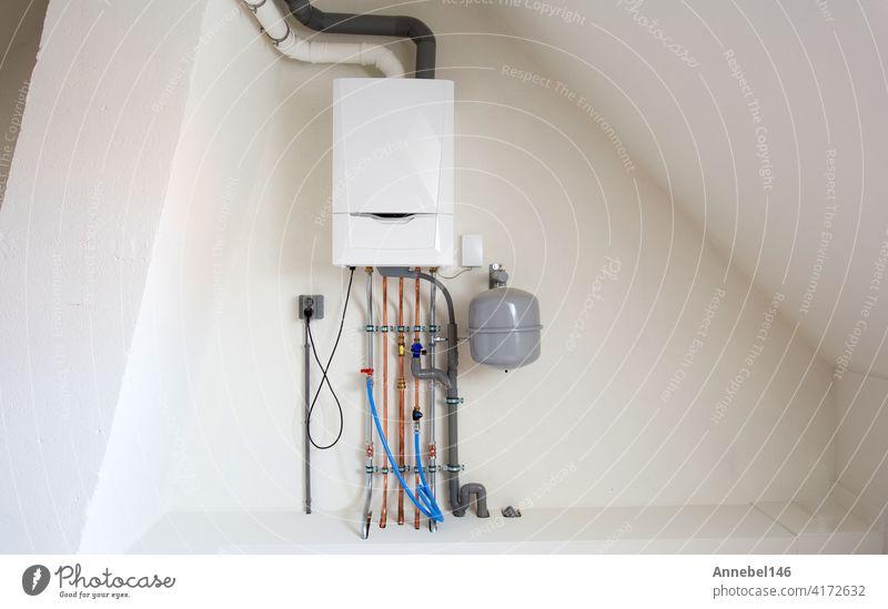 Neuer Gaskessel, Heizungsanlage mit Kupferrohren, Ventilen und anderen Geräten in einem Kesselraum Gasheizungsanlage, modern in neuem Haus Design Wasser Winter