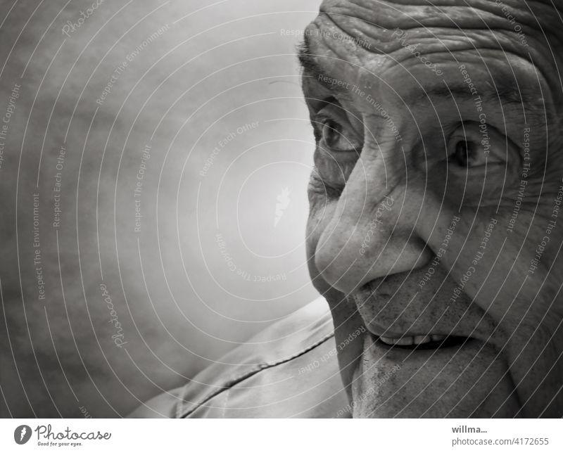 Oppa, der alte Schelm Senior Opa Mann lustig lachen schmunzeln freuen Freude Lebensfreude vergnügt Porträt sw Männlicher Senior Großvater 60 und älter