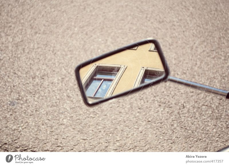 Rücksicht Haus Gebäude Fassade Fenster Spiegel beobachten entdecken Blick Verantwortung achtsam Straße Außenaufnahme Menschenleer Textfreiraum links