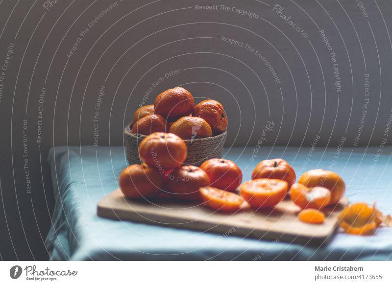 Low-Light-Stillleben Foto von frischen Clementine Orangen Clementinen-Orangen schwaches Licht dunkel und launisch konzeptionell keine Menschen Textfreiraum karg
