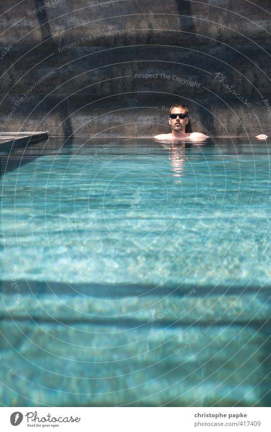 cool im pool Mensch Mann Jugendliche Ferien & Urlaub & Reisen Sommer Erholung ruhig Erwachsene Junger Mann Leben Schwimmen & Baden Freizeit & Hobby