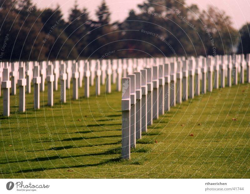 Unknown 2 Krieg Friedhof Grab aufgereiht historisch Rücken Schatten Sonne