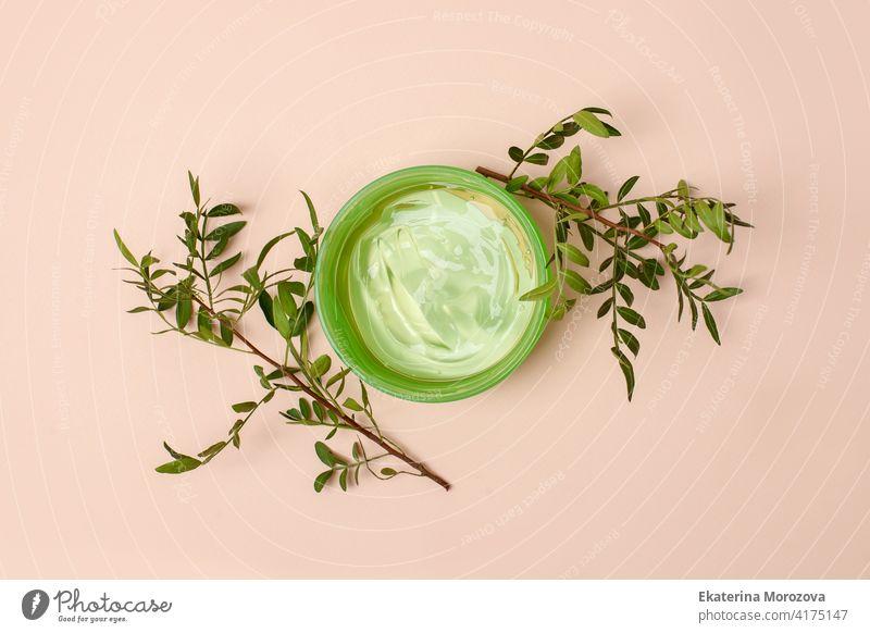 Natürliche Kosmetik für die Hautpflege. Frisches Aloe-Vera-Gel im Glas flach legen auf beige Hintergrund. Draufsicht, minimal, alternative Medizin Konzept, organische kosmetische Mittel, Kopie Raum, Banner