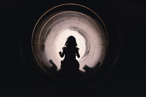 Kind rutscht durch eine Rutschröhre auf dem Spielplatz Kleid Mädchen Rutsche Röhre Tunnel trauen mutig überwinden Licht am Ende des Tunnels Pipeline Rohr Mut