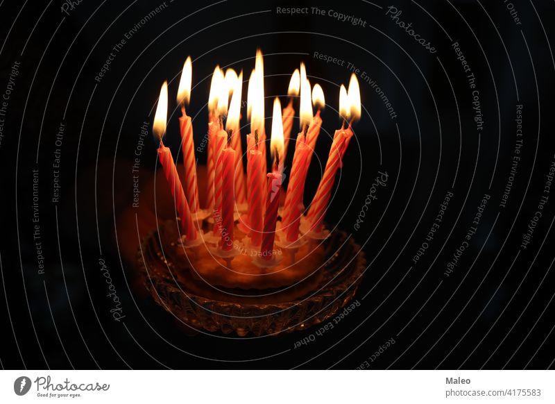 Kleiner Kuchen mit Kerzen auf einem dunklen Hintergrund Flamme klein süß Geburtstag Feier Dekoration & Verzierung Dessert Lebensmittel Glück Party Feiertag hell