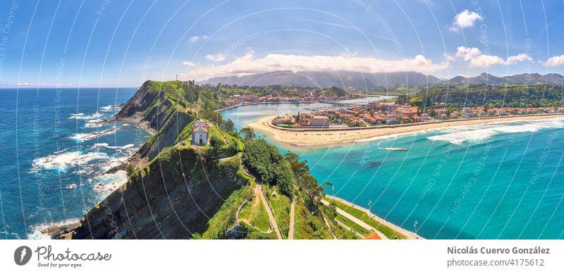 Panoramablick aus der Luft auf die von dramatischen Bergen abgeschirmte Strandstadt Panorama (Aussicht) Luftaufnahme Klippe reisen Berge u. Gebirge Küste Kirche