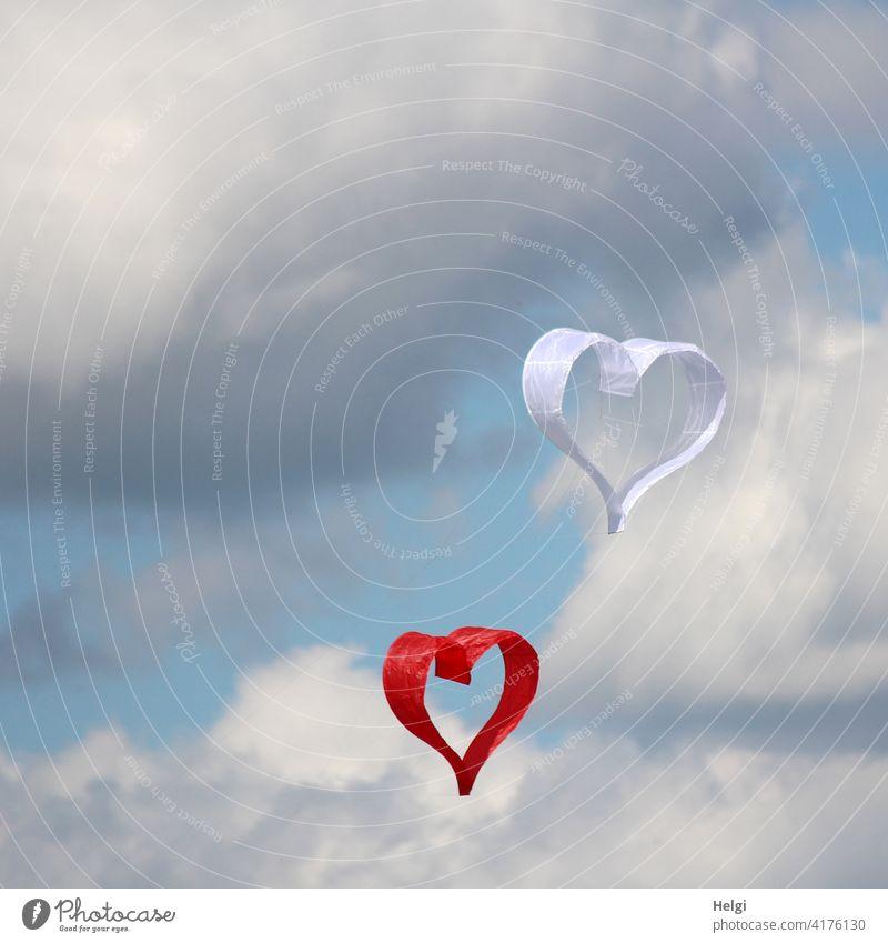 herzlich - zwei Papierdrachen in Form von Herzen schweben vor wolkigem Himmel Drachen Liebe Verliebtheit Glück Gefühle Hochzeit Verlobung Zusammensein Sympathie