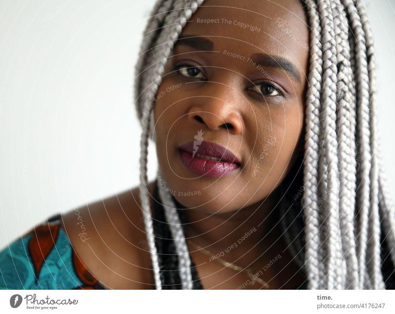 Gené feminin Frau grauhaarig geflochten Haare & Frisuren Blick in die Kamera Vorderansicht Porträt ästhetisch Interesse Neugier Leben Wachsamkeit Sympathie