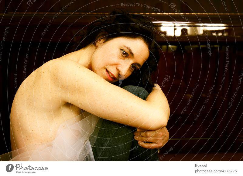 Frau eingerollt vor dem Klavier Gesicht Tüll zusammengerollt romantische Haltung Tüllkragen Licht & Schatten Sitz Innenbereich Porträt Lächeln Glück heimwärts