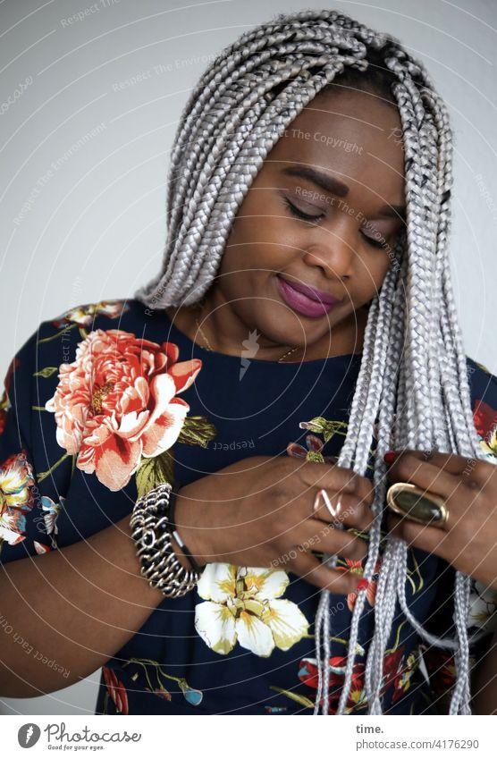 Gené feminin Frau grauhaarig kleid vertieft blumenkleid geflochten Haare & Frisuren Vorderansicht Porträt ästhetisch Neugier Leben Wachsamkeit Sympathie