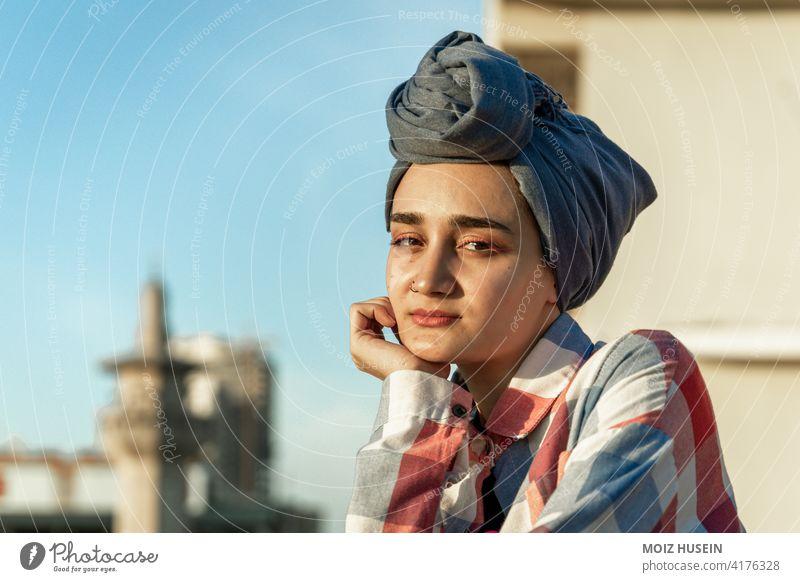 Modell posiert in Hijab Kleidung Erwachsener asiatisch attraktiv schön Schönheit Bekleidung Ausdruck Gesicht Frau Mädchen islamisch vereinzelt Dame modern