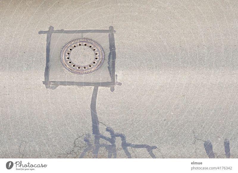 Verfüllte Risse in der Straßendecke rund um einen Gullideckel in der Draufsicht / Fantasie / Monster Ausbesserung Fantasiewesen Unilkum Asphalt Instandsetzung