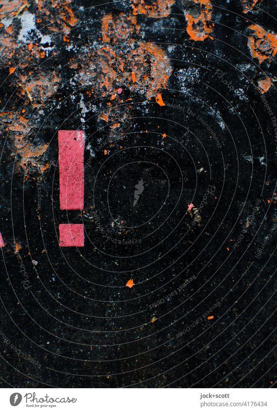 objektiv l Ausrufezeichen auf rostiger schwarz lackierter Fläche Typographie Hintergrund neutral abstrakt Verfall Strukturen & Formen Schilder & Markierungen