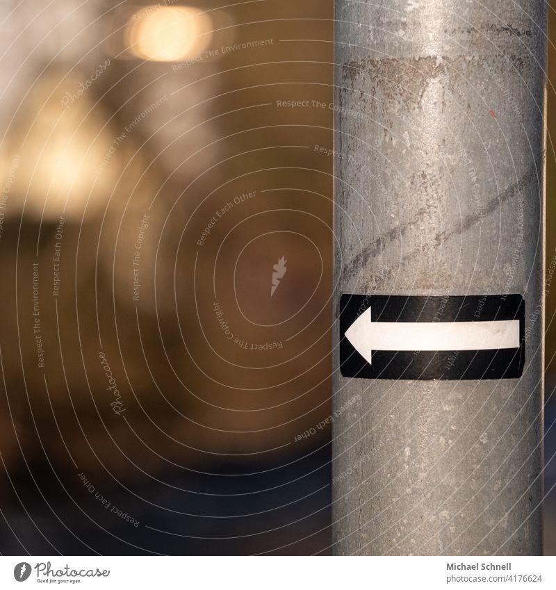 Links geht's weiter! Pfeil Pfeil nach links Wege & Pfade Richtung Schilder & Markierungen Orientierung Wegweiser Navigation Zeichen Hinweis abbiegen