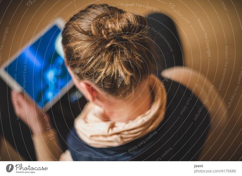 Junge Frau sitzt entspannt im Schneidersitz und streamt ein Musikvideo jung Jugendlich weiblich hören streaming Musik hören Lifestyle Farbfoto feminin Mensch