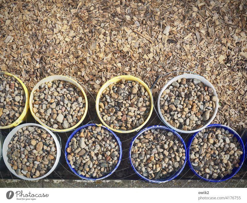 Sammelmaterial Eimer viele Blick von oben gefüllt Steine rund mehrfarbig schwer Ordnung Phalanx Reih und Glied ordentlich abgestellt draußen Außenaufnahme