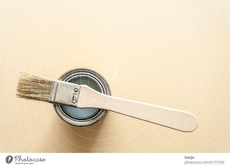 Draufsicht auf eine Farbdose und einen Pinsel. Isolierter beiger Hintergrund. streichen Kreativität Freizeit & Hobby Anstreicher Farbe malen Maler Renovieren