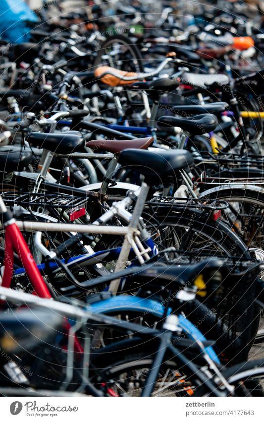 Überfüllter Fahrradstellplatz fahrrad parkplatz fahrradparkplatz fahrradstellplatz verkehrsmittel verkehrswende individualverkehr radverkehr pendler pendeln