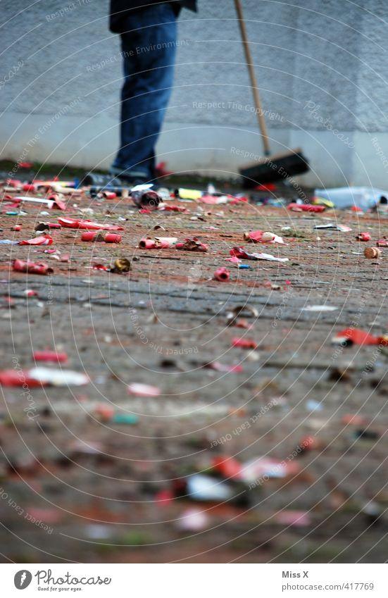 Dreck aus 2013 Nachtleben Party Veranstaltung ausgehen Feste & Feiern Karneval Silvester u. Neujahr Mensch Beine Platz Marktplatz dreckig Stimmung Ordnungsliebe