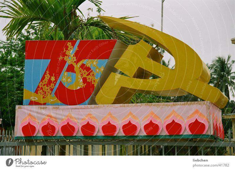 75 Jahre KPV Ziffern & Zahlen Hammer Symbole & Metaphern Los Angeles