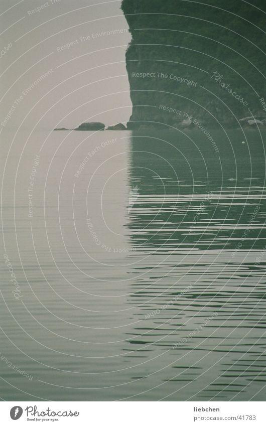 halb-halb Meer Reflexion & Spiegelung Halong Bay Vietnam Wasser Berge u. Gebirge
