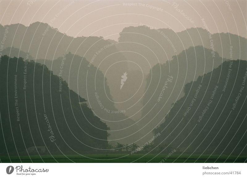einfach gespiegelt Berge u. Gebirge Hügel Vietnam
