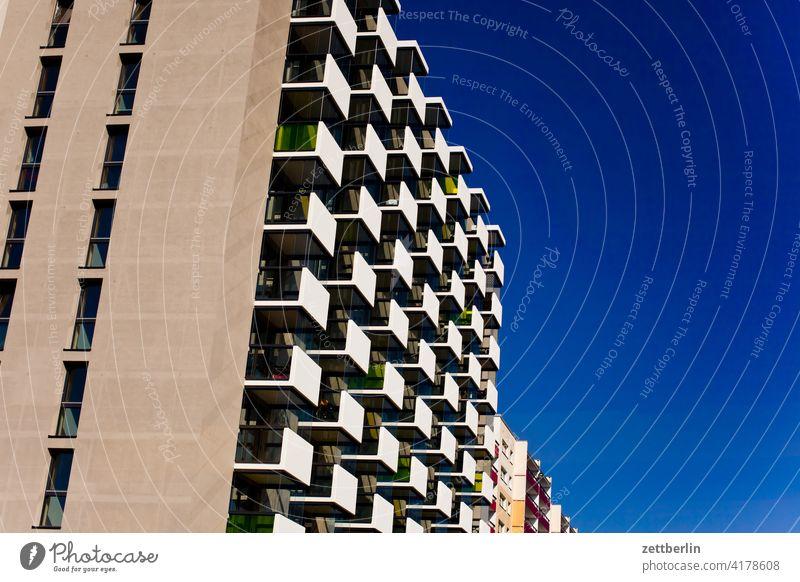 Neubaublock unter blauem Himmel architektur berlin büro city deutschland dämmerung froschperspektive hauptstadt haus himmel hochhaus innenstadt mitte modern