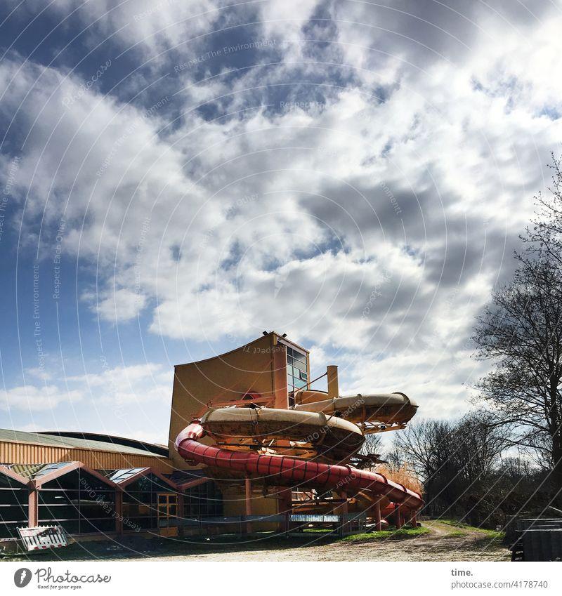 Rundstücke haus fassade sonnig schattig baum fenster architektur wolken himmel rutsche rutschbahn turm anlage geschlossen freizeit sport spaß vergnügen