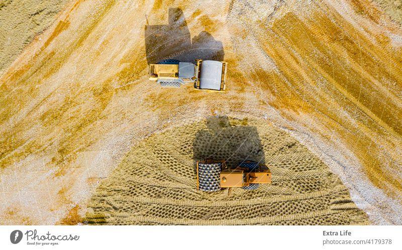 Luftaufnahme auf zwei Walzen als Verdichtungsfraktion und Sand über der Baustelle für eine neue Kreisverkehrsstraße oben Antenne Basis kreisrund Tiefbau kompakt