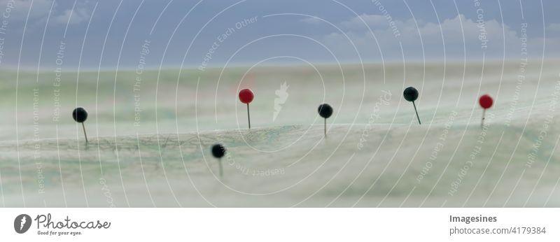 Finde deinen Weg auf einer Routenkarte. Kartennavigation mit rotem und schwarzem Pins. Abenteuer Hintergründe Geschäft Kartographie Stadt Wolkenhimmel
