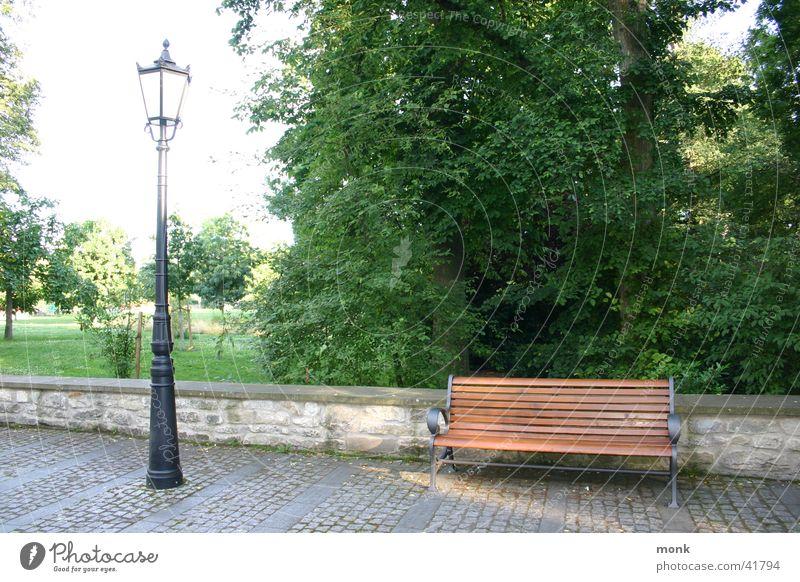 leere Parkbank & Laterne Park Bank Laterne historisch Kopfsteinpflaster Straßenbeleuchtung