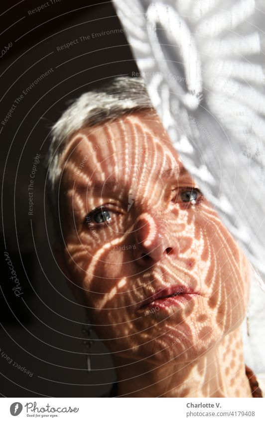 Mustergültig Vorhang Frau Farbfoto Gardine Schatten Innenaufnahme Stoff Dekoration & Verzierung Strukturen & Formen Licht Kontrast Lichterscheinung Lichtspiel