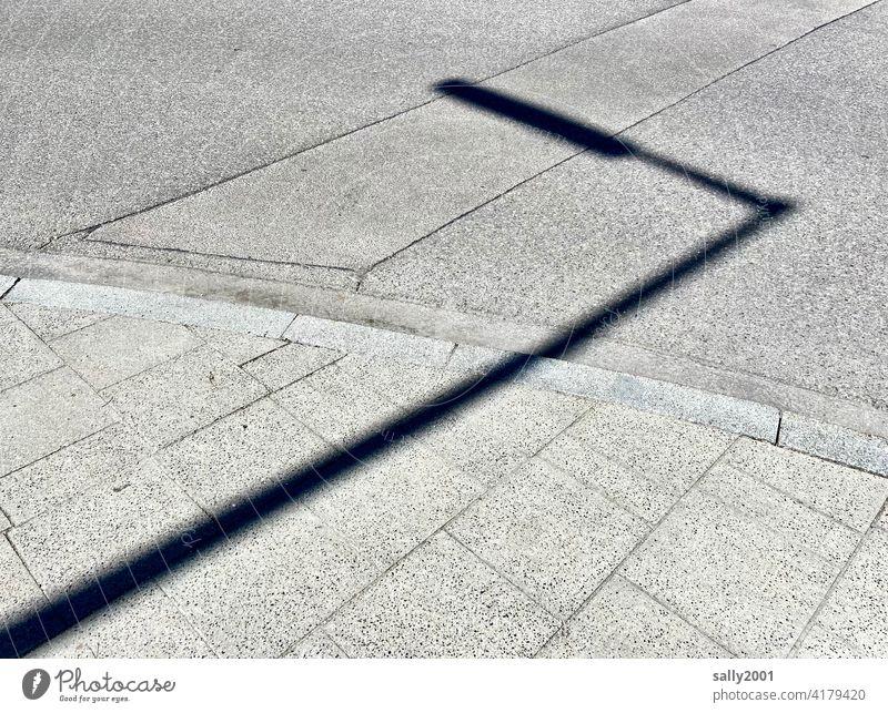 der Schatten vom Licht... Straßenlaterne Straßenlampe Asphalt Gehweg Bürgersteig Schattenwurf Sonnenlicht Wege & Pfade Menschenleer Straßenbelag grau
