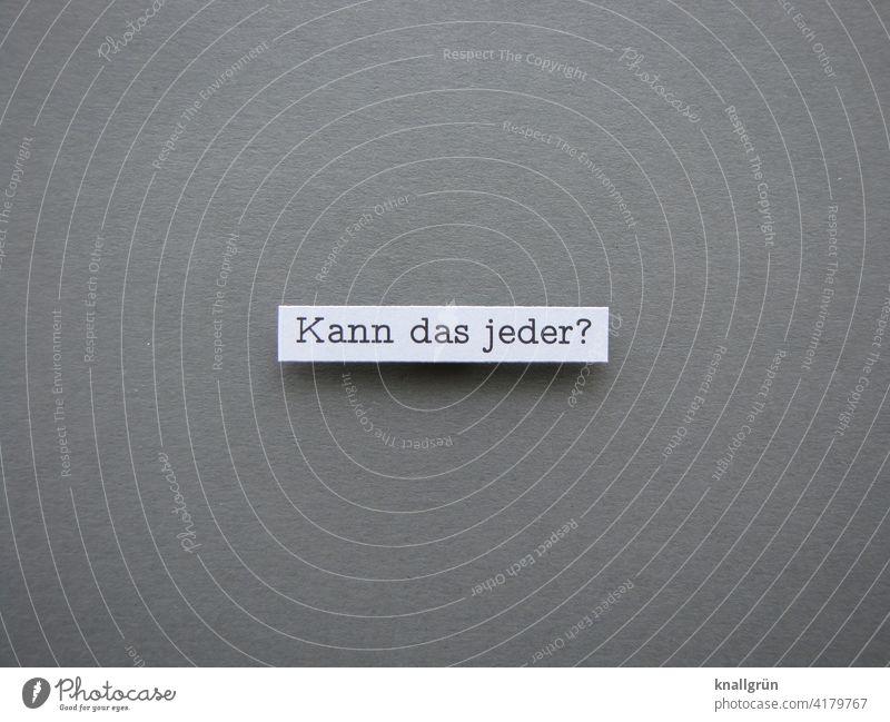 Kann das jeder? Fragen können Fragezeichen Neugier Schriftzeichen Farbfoto Kommunizieren Menschenleer Hintergrund neutral Studioaufnahme grau weiß Freisteller
