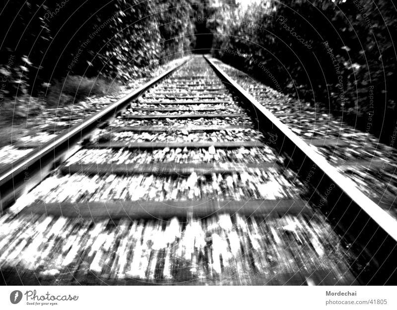 unterwegs Gleise Eisenbahn Geschwindigkeit Verkehr Wege & Pfade Schwarzweißfoto