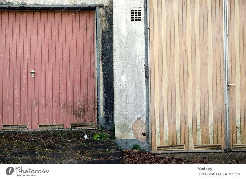 Vergammelte alte Garagentore in Pastellfarben in Lemgo bei Detmold in Ostwestfalen-Lippe Tir vergammelt heruntergekommen Vergangenheit Niedergang Verfall Dorf