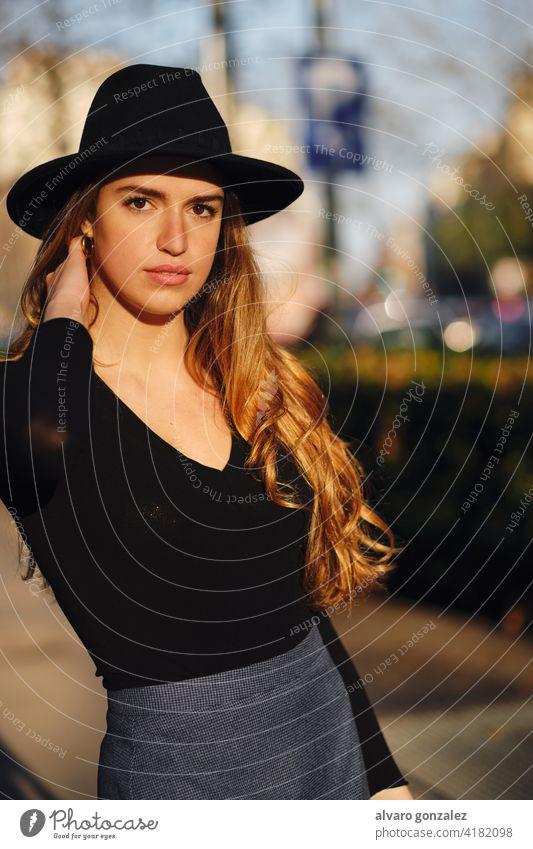 Porträt einer jungen Frau, die im Freien posiert. urban Straße Sombrero posierend Stil Großstadt Nahaufnahme Bekleidung außerhalb Pose selbstbewusst lässig