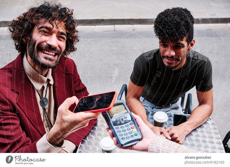 junger erwachsener Mann beim Bezahlen mit dem Mobiltelefon über ein Datentelefon Mitteilung Telefon che Hand Technik & Technologie Kredit Erwachsener Menschen