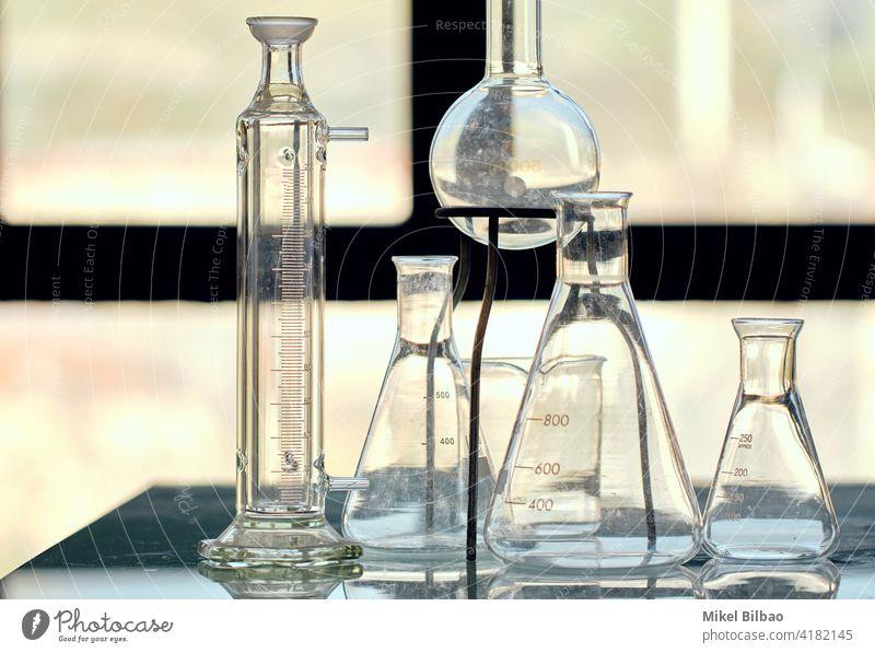 Glaskolben in einem wissenschaftlichen Labor. Wissenschaftliches Konzept. Biotechnologie Instrument Laborgeräte Laborkolben Laborglaswaren Erlenmeyerkolben