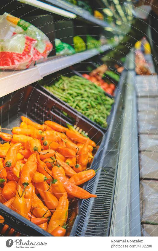 Peruanische gelbe Chili, eingelegte Chili im Supermarkt. Konzept der gesunden Ernährung, Bio, vegetarisch, Diät. Selektiver Fokus. Gemüse Lebensmittel
