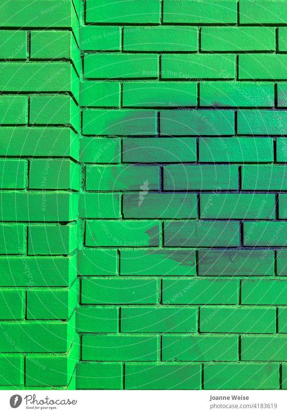 Grüne Ziegelwand mit lila Wolke. grün hellgrün Außenaufnahme Farbfoto Tag Backsteinwand purpur leuchtende Farben Wand Architektur Fassade Backsteinfassade