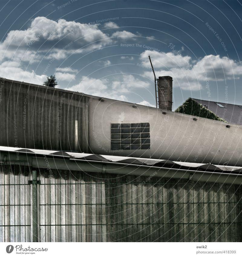 Brandenburgische Dächer Himmel Wolken Klima Schönes Wetter Haus Gebäude Mauer Wand Fassade Fenster Dach Schornstein Stein Glas Metall Kunststoff oben trist