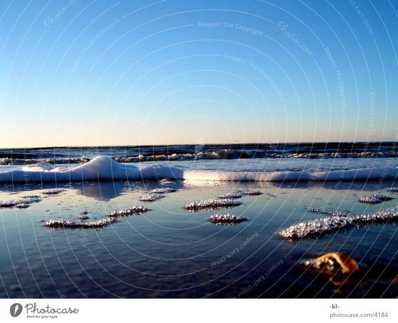 Kleiner als gedacht Meer Strand Wellen Schaum Wasser Sonne Himmel