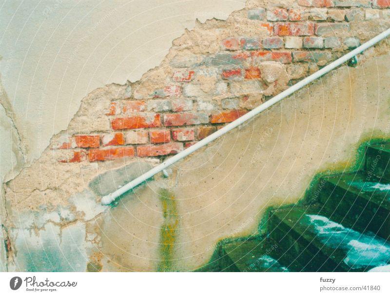 Die Mauer muss weg! grün rot Wand Architektur Mauer Fassade Treppe authentisch trashig Ruine