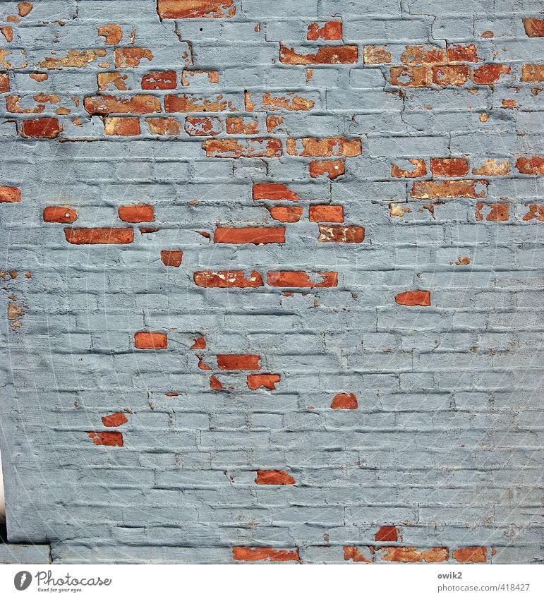 Masern Mauer Wand Fassade Backstein verputzt Putz alt fest trashig blau grau rot Vergänglichkeit verlieren Zerstörung Zusammenhalt Schaden Lücke Relief viele