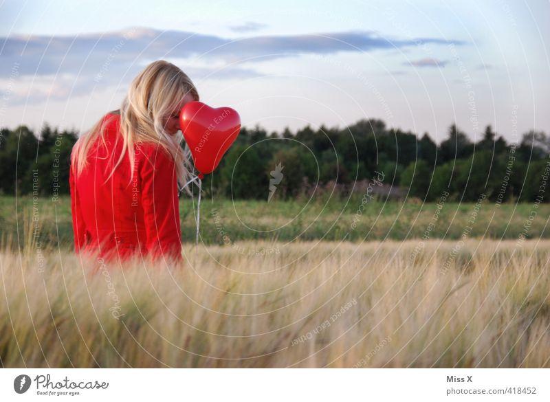 Liebeskummer Mensch Jugendliche Sommer rot Junge Frau Erwachsene 18-30 Jahre Leben Gefühle feminin Traurigkeit träumen Stimmung Feld blond