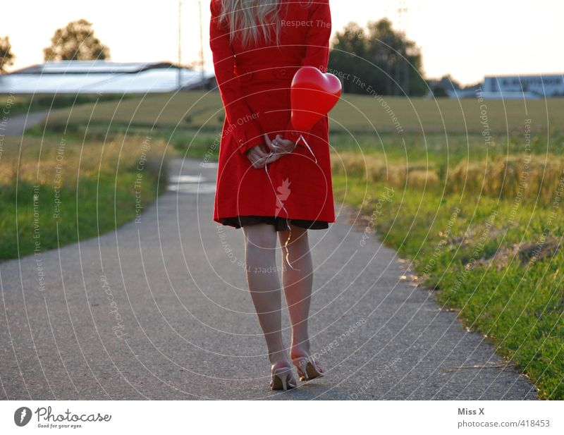 Herzballon Mensch Jugendliche schön rot Junge Frau Erwachsene 18-30 Jahre Liebe Gefühle feminin gehen Stimmung Feld blond warten Schönes Wetter